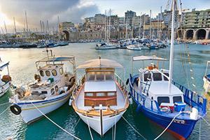 Ierapetra este o destinatie unica in Creta, un oras binecuvantat cu cel mai mare numar de zile insorite din Creta, unde ploua atat de rar, incat vanzatorii de umbrele nu au avut niciodata o sansa pe piata. Fiind cel mai sudic oras de pe harta Europei si bucurandu-se de deschidere catre coasta Africii si Marea Libiei, Ierapetra se bucura de cele mai ridicate temperaturi din Creta, temperatura medie anuala fiind de 20 de grade Celsius, rareori zilele aducand temperaturi sub 12 grade Celsius. Continuarea pe grecia.de-weekend.ro | Link direct: Ierapetra, cel mai insorit taram al Cretei !